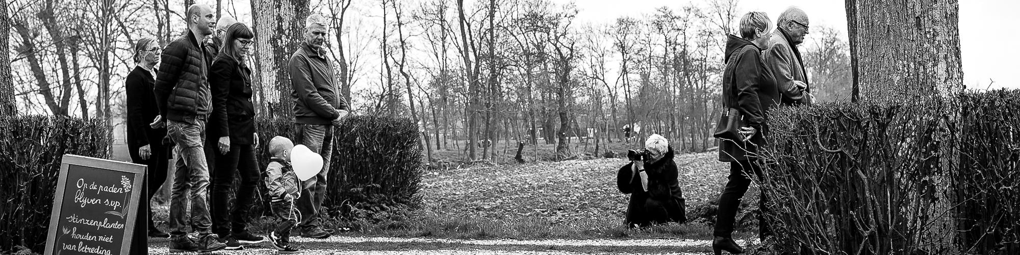 Ilja Verstraten,herinneringsfotograaf neemt een foto van een begrafenis
