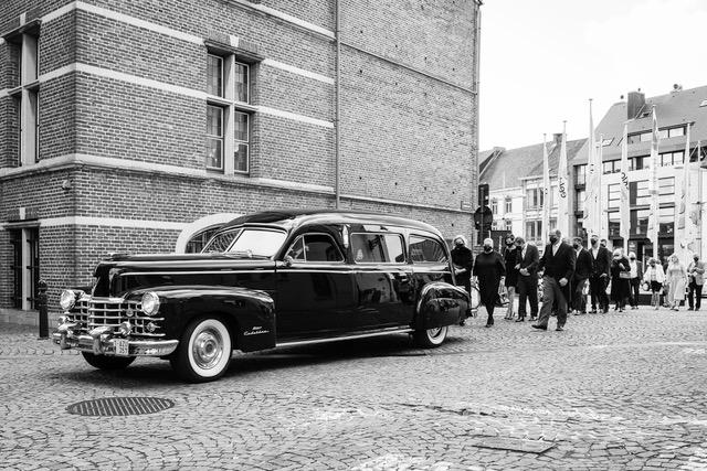 Familie-achter-Rouwauto-Cadillac