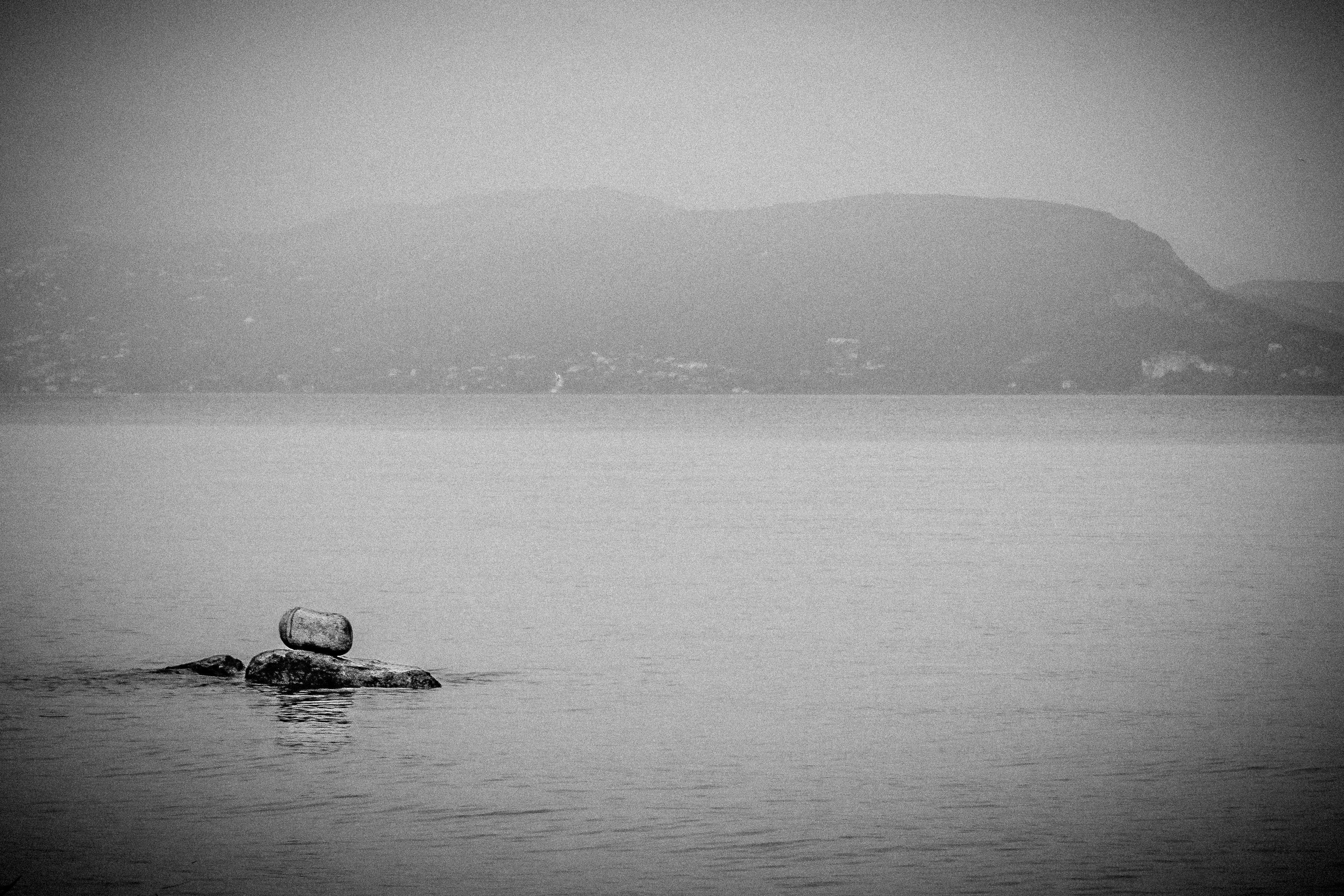 Ilja-Verstraten-je-verdriet-een-plekje-geven-steen-in-water